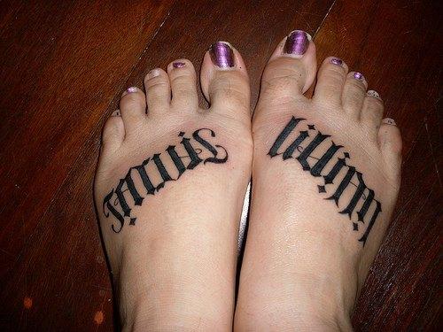 Тату надписи на ногах