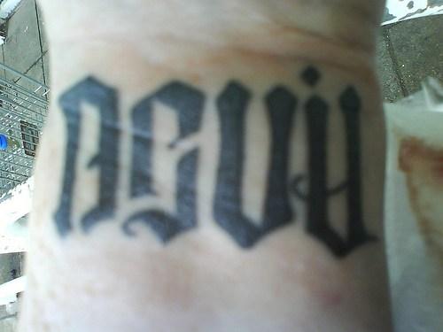Татуировка надпись на запястье